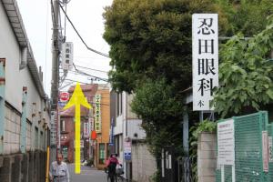 こちらの通りを直進します。