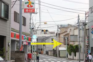 通りを直進し、『サンクス』の看板近くの信号で右に曲がります。