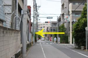 『セブンイレブン』の看板が右に見えたら、交差点を左に曲がります。