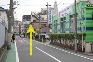 曲がると右に『立石ダイワスイミング』があります。この通りをワンブロック直進すると右に『ニコデンタルクリニック』があります。
