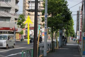 『イトーヨーカドー』前の交差点を渡り、『ほっともっと』の左にある通りに向かいます。