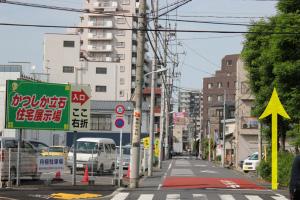 この通りを直進します。左に『かつしか立石住宅展示場』の看板があります。