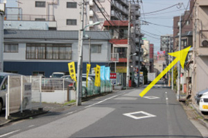 一つ目の交差点を右斜め、『かつしか立石住宅展示場』方面に曲がります。