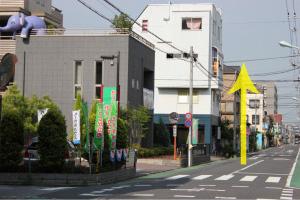 通りを直進すると左に『かつしか立石住宅展示場』が見えます。ここをさらに直進します。
